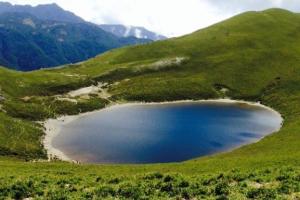 到底是冰河遺跡還是隕石坑?遺落人間的藍寶石嘉明湖