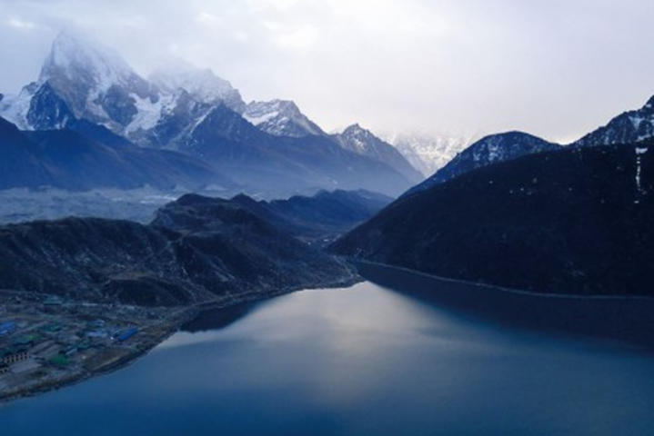 藍冰黑岩與白雪組成的生命探索:EBC聖母峰基地營