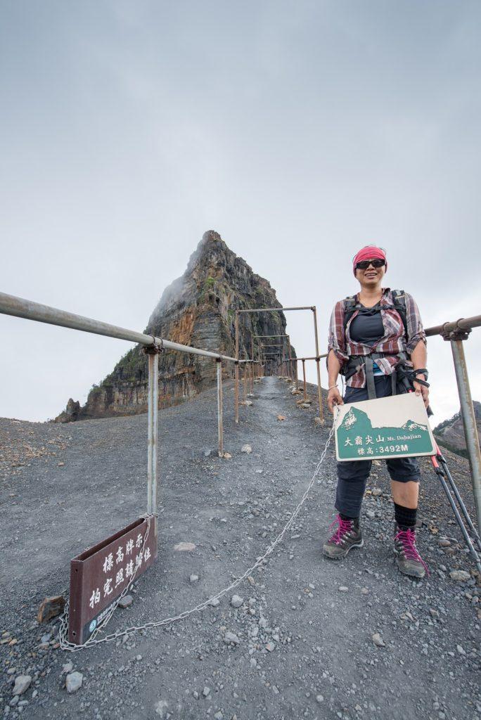 穿上AKU登山鞋登上山頂