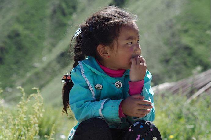 青藏高原藏族小孩