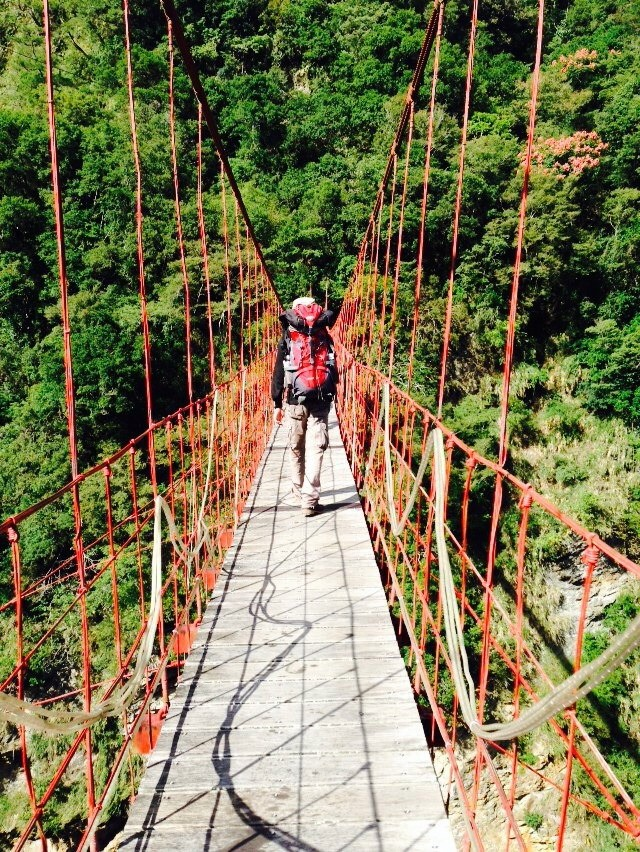 走在嘉明湖的吊橋上