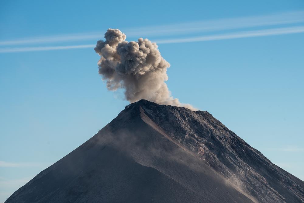 富埃戈火山,它不時的發出聲音與噴煙