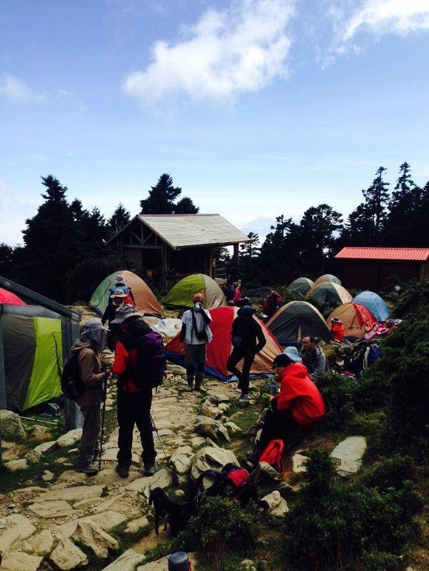 尋找空地搭建今晚的帳篷