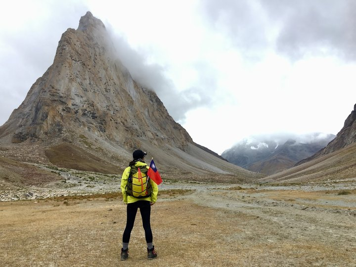 失落的山谷Zanskar女人站立
