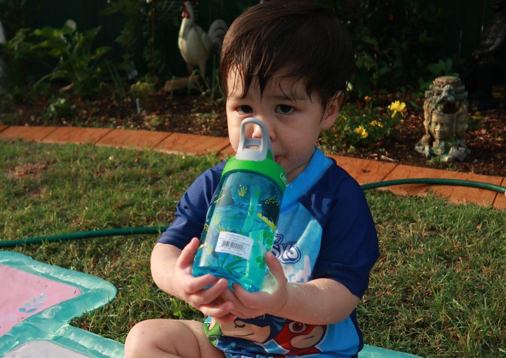 小孩輕鬆的喝水