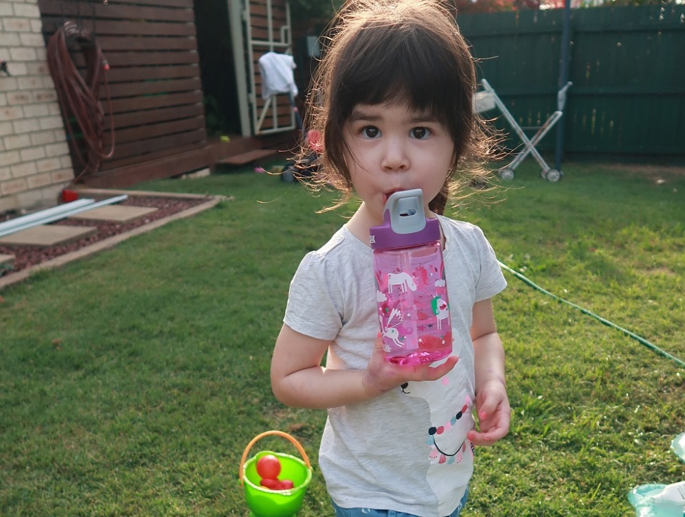 小孩簡單喝水