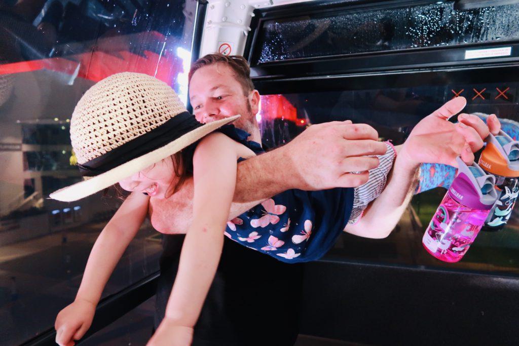 爸爸抱著女兒玩