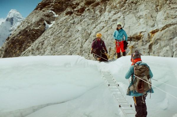 島峰走雪路