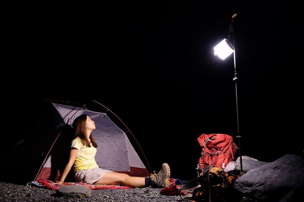 人坐在露營燈下