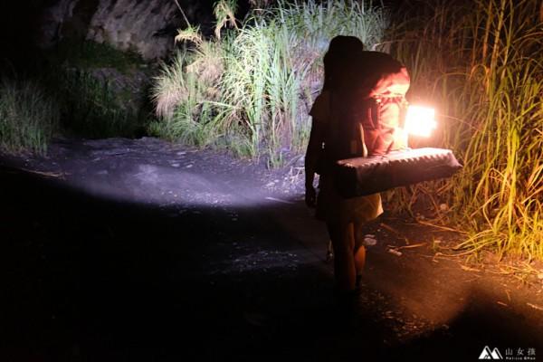 露營燈行走