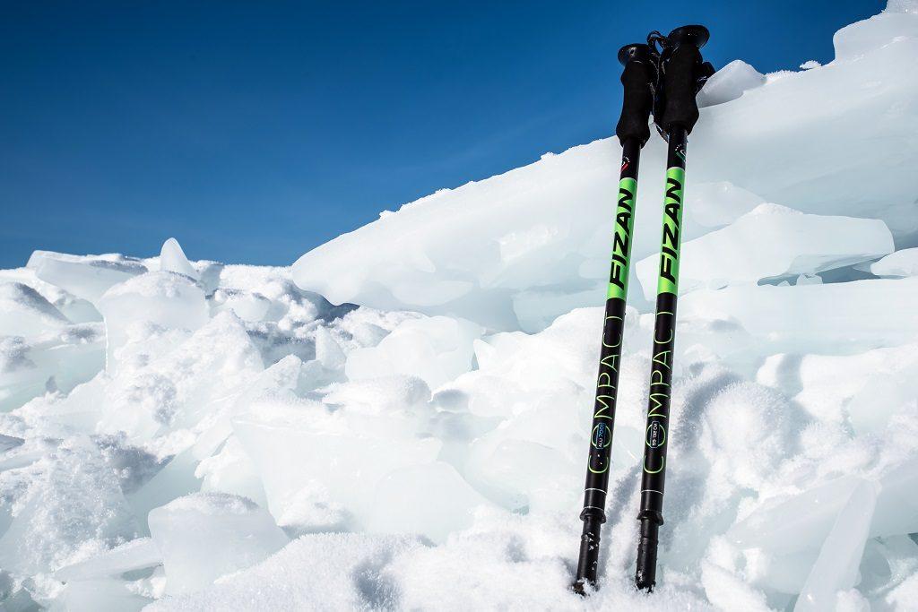 雪地中的Fizan登山杖