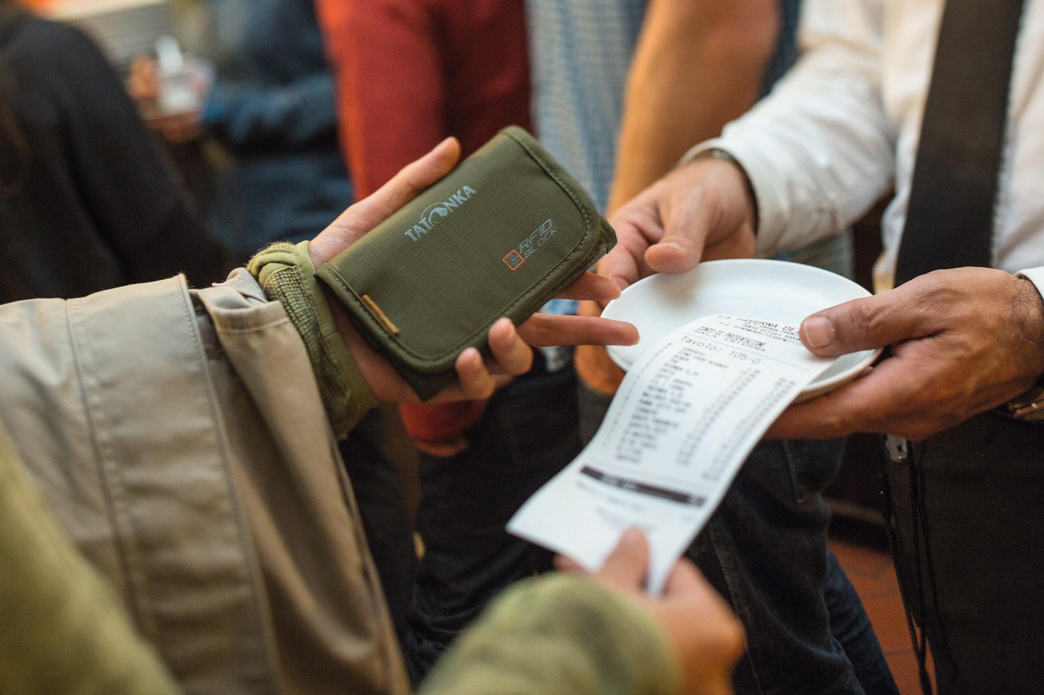 什麼是RFID盜刷?該如何防止信用卡隔空被盜刷?防盜刷皮夾材質差異大解密!